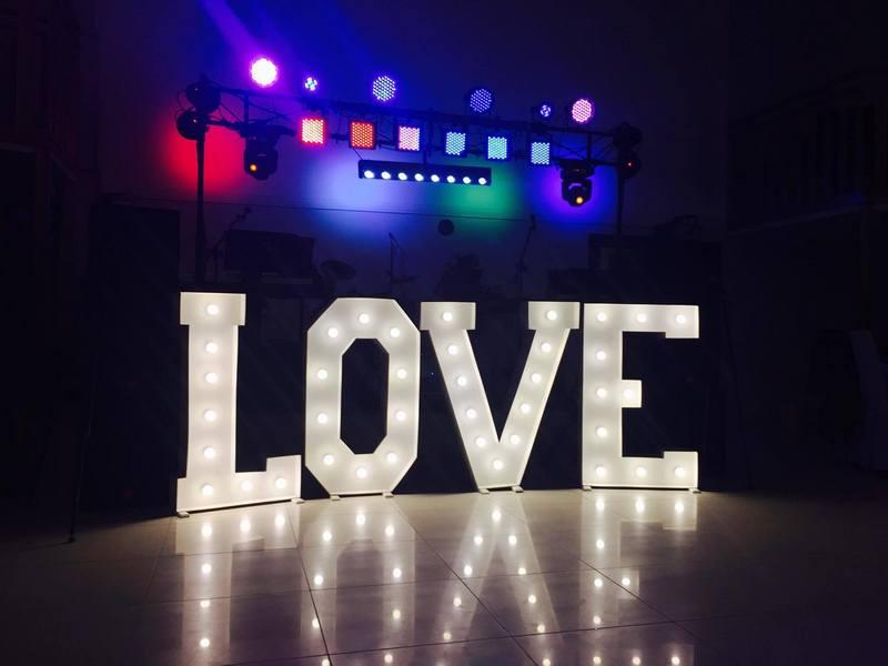 """Biały święcący napis """"LOVE""""."""