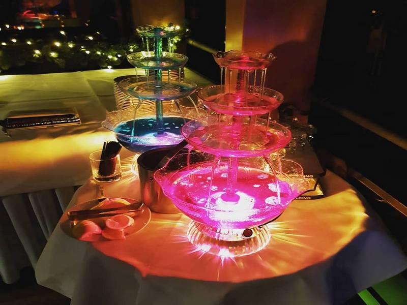 Kolorowa podświetlana fontanna do napojów.