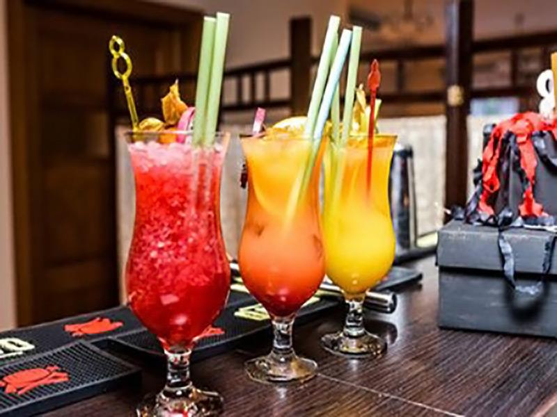 Kolorowe drinki z słomką.